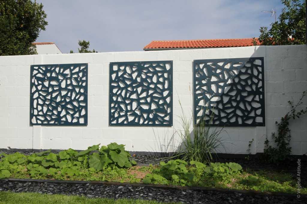 treillis décoratif sur mur et potager